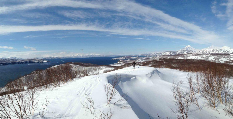 ski de randonnée au kamtchatka sur les volcans au bord de l'océan pacifique